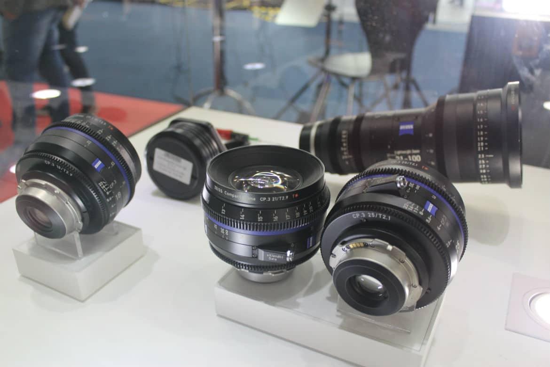 Outras linhas em exibição no estande são o CP.3, CP.3XD, Zeiss Cinema Zooms  Full Frame e o zoom Lightweight Zeiss LWZ.3 de 21-100 mm com cobertura do  sensor ... b7985f3264